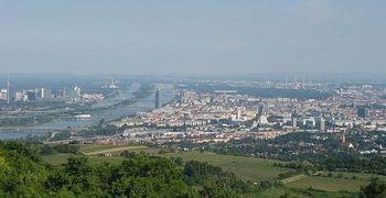 Stadtteile_von_Wien_entlang_der_Donau_(gesehen_von_Nordwesten).jpg
